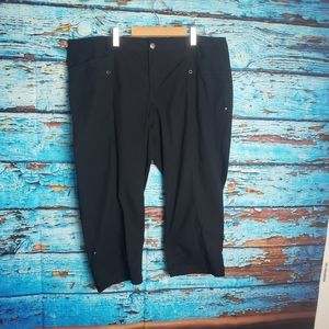 2/20$😜 Reitmans Black Capri size 18